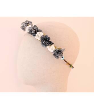Couronne de fleurs et bourgeons gris et crème