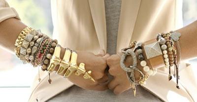 Accumulation de bracelets fantaisie